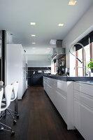 Weiße Einbauküche mit schwarzer Granitplatte