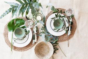 Sommerliches Gedeck für Zwei mit mediterranem Blattgrün