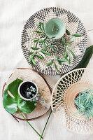 Sommerliche Tischdekoration mit mediterranem Blattgrün