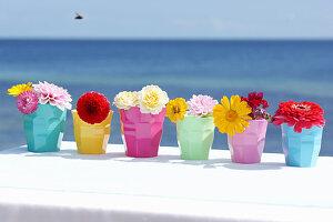 Bunte Becher mit Blüten
