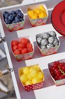 Früchte in bunten Pappschalen