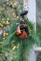 Weihnachtsgesteck am alten Fenster