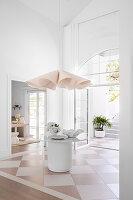 Runder Tisch mit Marmorplatte und Dekoschalen in der Eingangshalle