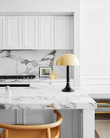 Küchentheke mit Marmorplatte