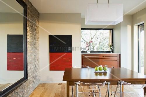 esszimmer mit esstisch plexiglas st hlen h ngeleuchte grossem wandspiegel bild kaufen. Black Bedroom Furniture Sets. Home Design Ideas
