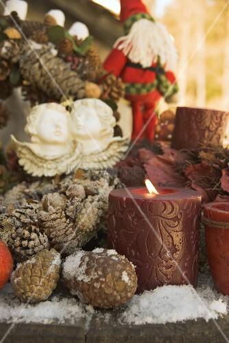 weihnachtsdeko auf holztisch ausschnitt bild kaufen living4media. Black Bedroom Furniture Sets. Home Design Ideas