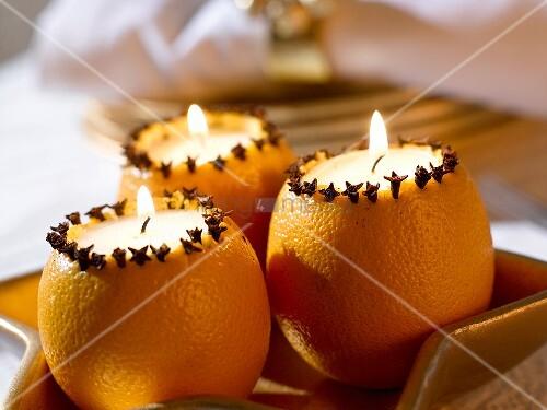 Orangenkerzen mit Gewürznelken