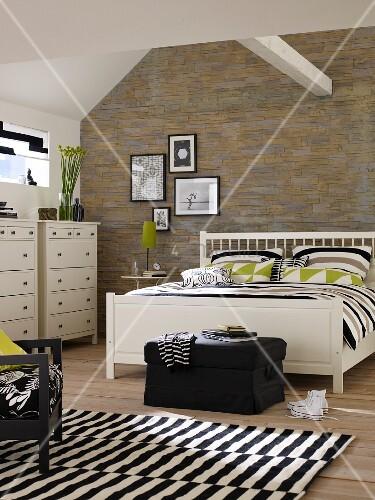 Weisses Doppelbett Und Kommode Im Schlafzimmer Mit Bruchstein Tapete;  Schwarz Weißer Teppich Und Dachbalken