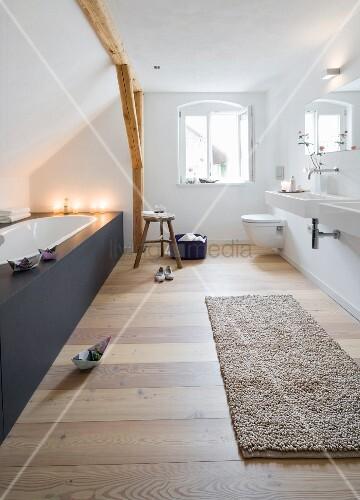 Modernes Badezimmer mit eingebauter Badewanne unterm Dach – Bild ...