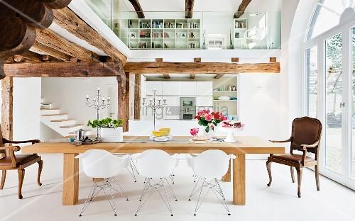 offener wohnraum mit holzbalkendecke galerie k che essbereich bild kaufen living4media. Black Bedroom Furniture Sets. Home Design Ideas