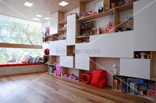 regalwand als raumteiler in einem kinderzimmer bild kaufen living4media. Black Bedroom Furniture Sets. Home Design Ideas