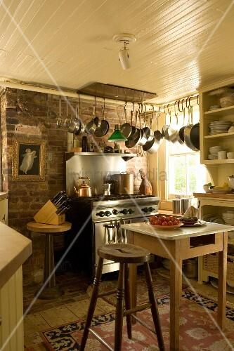 Alte Landhausküche mit Küchentisch und Barhocker – Bild kaufen ...