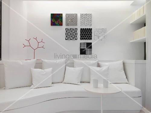 geschwungenes sofa mit kissen vor wand bild kaufen 11091418 living4media. Black Bedroom Furniture Sets. Home Design Ideas