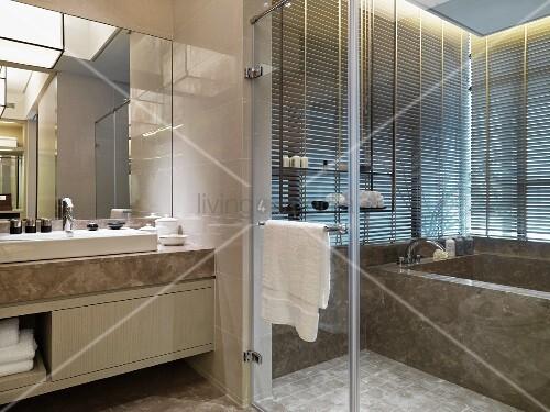 Waschbereich vor glastrennwand und badewanne aus marmor - Badewanne glastrennwand ...