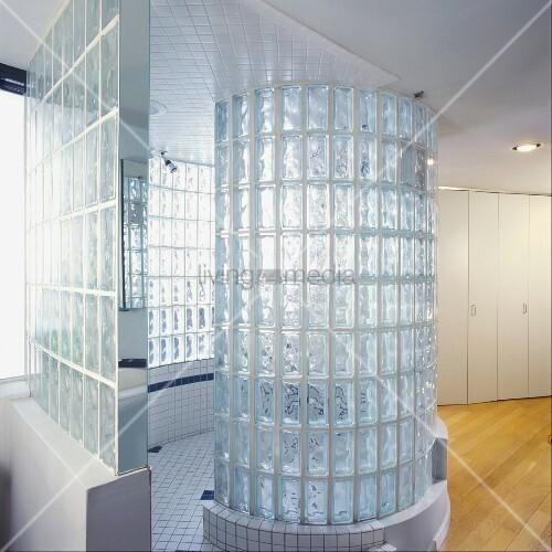 Zylinder aus Glasbausteinen in modernem Bad – Bild kaufen – living4media