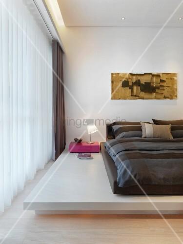 Doppelbett auf weissem Podest in modernem Schlafzimmer – Bild kaufen ...