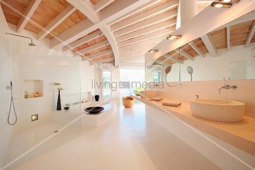Offenes Designer-Bad in modernem Wohnhaus mit Holzbalkendecke – Bild ...