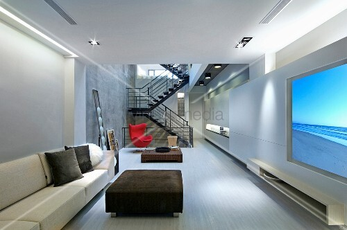 moderne loftwohnung mit hellem sofa und gepolstertem couchtisch im wohnraum mit blick auf. Black Bedroom Furniture Sets. Home Design Ideas