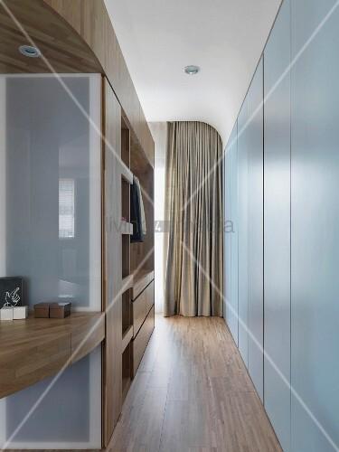 schmaler moderner gang mit einbauschrank und offener. Black Bedroom Furniture Sets. Home Design Ideas