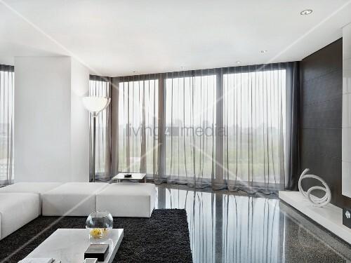 elegante weisse sitzpolster auf poliertem steinboden in minimalistischem wohnzimmer mit. Black Bedroom Furniture Sets. Home Design Ideas