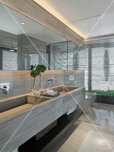 Massgefertigter Waschtisch Aus Stein Mit Zwei Becken Und Glastrennscheibe Vor Toilette