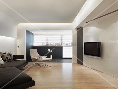 minimalistisches wohnzimmer mit flatscreen und abgeh ngter decke mit indirekter beleuchtung. Black Bedroom Furniture Sets. Home Design Ideas