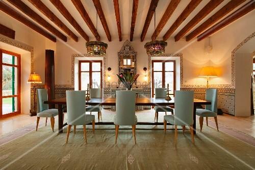 Moderne, elegante Esszimmergarnitur in rustikalem Haus mit ...