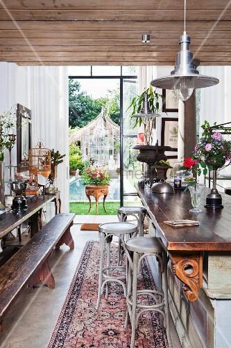lange holzbank mit esstisch und theke mit klassischen barhockern aus bugholz bild kaufen. Black Bedroom Furniture Sets. Home Design Ideas