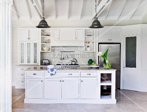 Weisse Landhausküche weisse landhausküche mit edelstahlfronten einer schiefertafel und