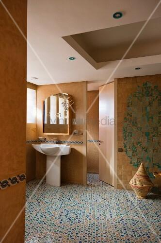 waschtisch unter spiegelschrank an holz trennwand mit offener t r in modernem bad mit. Black Bedroom Furniture Sets. Home Design Ideas