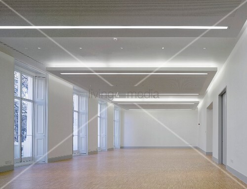 Empty Gallery E With Orted Lighting Systems In The Suspended Ceiling Goethe Insut London