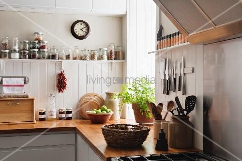 Küche mit weisser Wandvertäfelung und Arbeitsflächen aus Massivholz – Bild kaufen – living4media