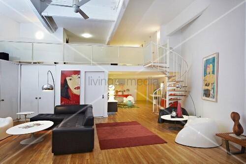 Loftcharakter Im Zweigeschossigen Wohnraum Mit Designer Retromöbeln Und  Einer Wendeltreppe Auf Die Offene Galerie