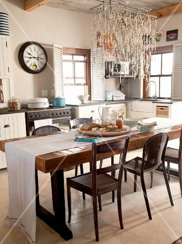 rustikaler esstisch aus holz mit weissem tischl ufer und. Black Bedroom Furniture Sets. Home Design Ideas