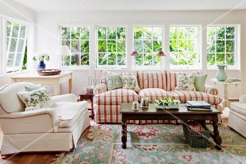 Gemütliches Wohnzimmer mit üppig gepolsterten Sitzmöblen im ...