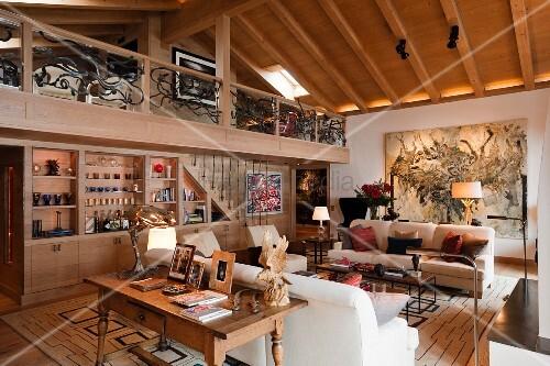 grossr umiges wohnzimmer mit sofagarnitur gegen ber einbauschrank unter galerie mit blick in den. Black Bedroom Furniture Sets. Home Design Ideas