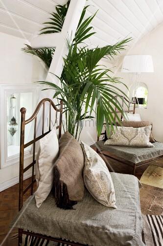 polster und kissen auf metallst hlen in wohnraum mit weiss verschalter dachkonstruktion bild. Black Bedroom Furniture Sets. Home Design Ideas