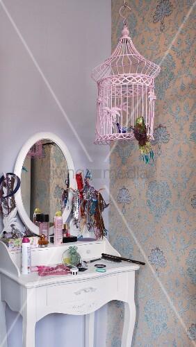 romantischer m dchen schminktisch und rosaroter vogelk fig vor traditionellem tapetenmuster. Black Bedroom Furniture Sets. Home Design Ideas