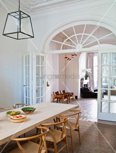 jugendstil wohnung esszimmer mit klassikerst hlen vor durchgang mit sprossenglas t r bild. Black Bedroom Furniture Sets. Home Design Ideas