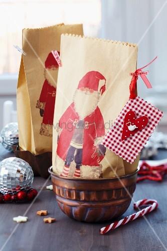Geschenktüten mit Weihnachtsmannmotiv in Backform