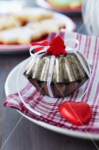 Gastgeschenk in kleiner Backform verpackt und weihnachtlich dekoriert