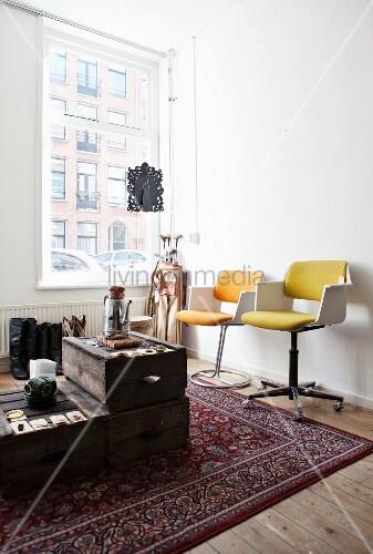 helle zimmerecke mit edlem wollteppich und einem darauf improvisierten tisch aus alten. Black Bedroom Furniture Sets. Home Design Ideas