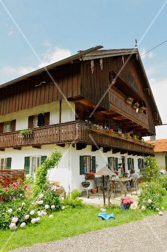 Typisch bayerisches Haus mit Holzbalkon, Wackersberg