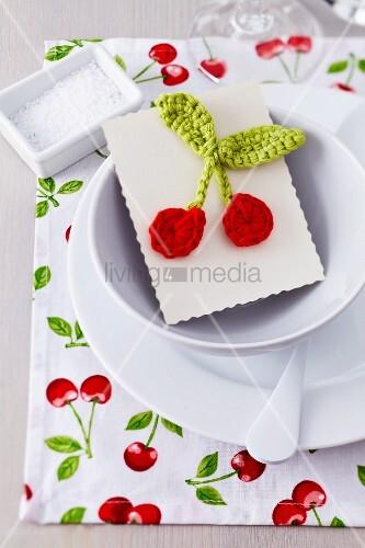 Platzset mit Kirschdekor und Karte mit gehäkelten Kirschen als Gastgeschenk