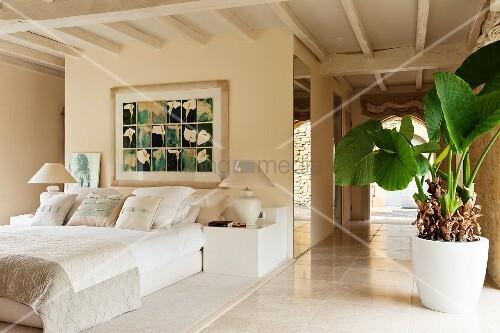 gem lde ber franz sischem bett in elegantem offenem schlafzimmer mit holzdecke bild kaufen. Black Bedroom Furniture Sets. Home Design Ideas