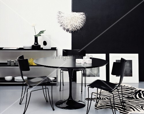 schwarz weisses esszimmer runder tisch bild kaufen 11218774 living4media. Black Bedroom Furniture Sets. Home Design Ideas