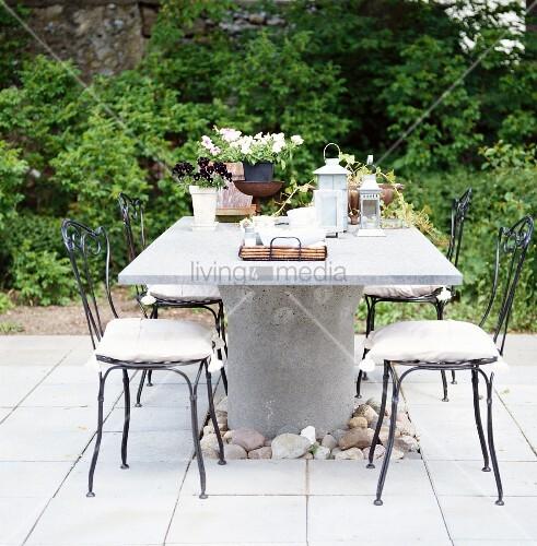 Gedeckter Tisch Im Garten: Gedeckter Tisch Auf Steinpflaster Im ...