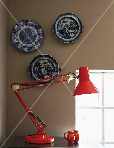 Rote metall schreibtischleuchte vor bild kaufen 11229786 living4media - Wand hellgrau ...