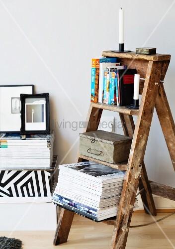 alter trittleiter aus holz als regal f r bild kaufen. Black Bedroom Furniture Sets. Home Design Ideas