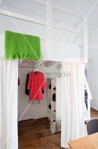 Hochbett mit begehbarem kleiderschrank  Weißes Hochbett in renovierter Altbauwohnung mit begehbarem ...